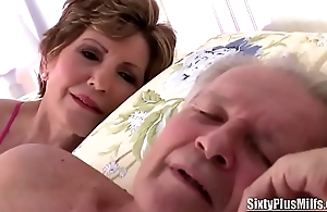Old Slut Gives a Fantastic Blowjob to a Stud